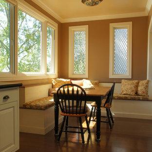 Foto de comedor de cocina clásico, pequeño, sin chimenea, con paredes amarillas y suelo de madera en tonos medios