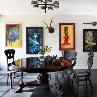 Idee per una sala da pranzo bohémian con pareti bianche, parquet scuro e pavimento nero