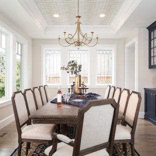 Aménagement d'une grand salle à manger classique fermée avec un mur gris, un sol en bois brun, un sol marron, un plafond à caissons et aucune cheminée.