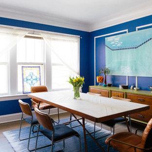 Modelo de comedor ecléctico, cerrado, con paredes azules, suelo de madera en tonos medios y suelo marrón