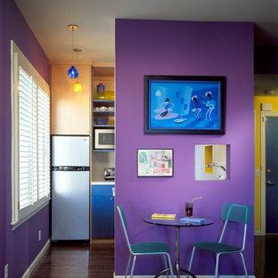 Удачное сочетание для дизайна помещения: маленькая кухня-столовая в современном стиле с фиолетовыми стенами, паркетным полом среднего тона и коричневым полом - самое интересное для вас