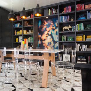 Cette image montre une salle à manger design de taille moyenne avec un sol en bois foncé, un mur noir et un sol noir.