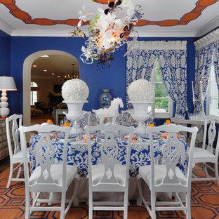 Immagine di una sala da pranzo eclettica chiusa e di medie dimensioni con pareti blu e parquet scuro