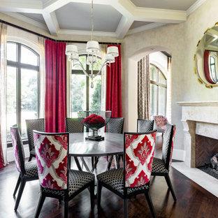 Klassisk inredning av en matplats, med beige väggar, mörkt trägolv, en standard öppen spis och brunt golv