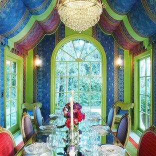 Idee per una sala da pranzo boho chic chiusa con pareti multicolore
