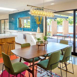 Ispirazione per una grande sala da pranzo aperta verso la cucina minimalista con pareti bianche, pavimento in cemento, nessun camino e pavimento grigio