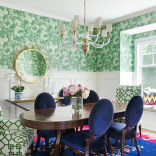 Idées déco pour une salle à manger classique fermée avec un mur vert, un sol en bois brun et un sol marron.