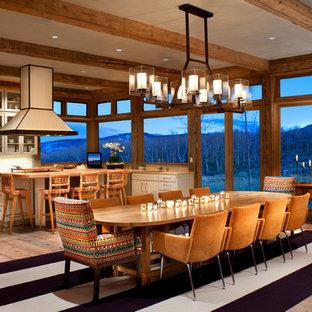 Esempio di una sala da pranzo aperta verso la cucina rustica con parquet chiaro