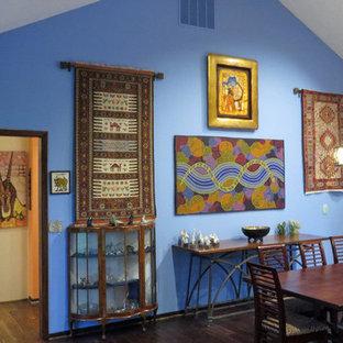 Idee per una grande sala da pranzo aperta verso il soggiorno eclettica con pareti blu, camino classico, cornice del camino in intonaco e parquet scuro