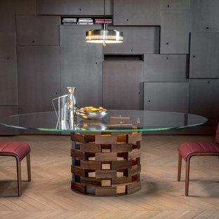 Inspiration pour une grand salle à manger ouverte sur le salon design avec un mur beige, un sol en bois clair et un sol jaune.