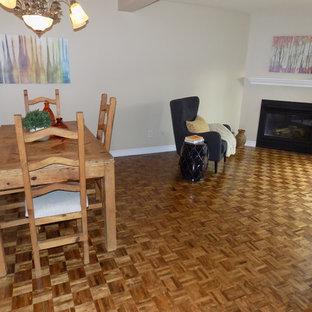 Foto di una sala da pranzo aperta verso il soggiorno eclettica di medie dimensioni con pareti beige, camino ad angolo, cornice del camino in metallo, pavimento giallo e pavimento in legno massello medio