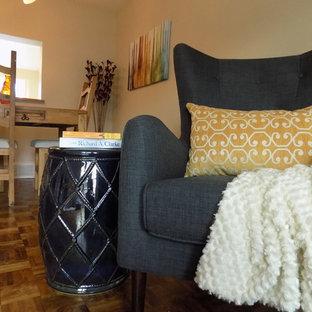 Diseño de comedor bohemio, de tamaño medio, abierto, con paredes beige, suelo amarillo y suelo de madera en tonos medios