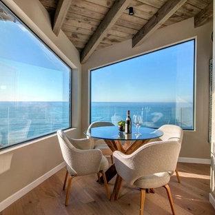 Ispirazione per una piccola sala da pranzo aperta verso il soggiorno tradizionale con pareti beige e parquet chiaro