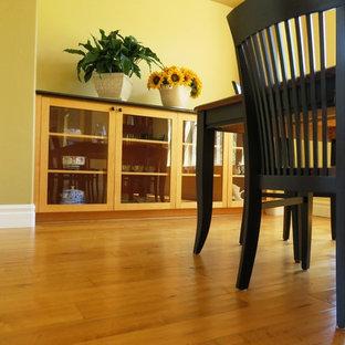 Idee per una sala da pranzo country chiusa e di medie dimensioni con pareti gialle, parquet chiaro e nessun camino