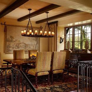 Ispirazione per una grande sala da pranzo aperta verso la cucina mediterranea con pareti gialle, pavimento in legno massello medio e nessun camino