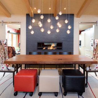 Inredning av en klassisk mellanstor matplats med öppen planlösning, med en bred öppen spis, vita väggar, ljust trägolv, en spiselkrans i sten och brunt golv