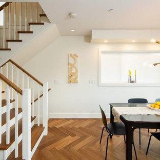 Exemple d'une salle à manger ouverte sur le salon chic de taille moyenne avec un mur blanc, aucune cheminée, un sol marron et un sol en vinyl.