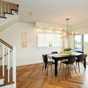 Aménagement d'une salle à manger ouverte sur le salon classique de taille moyenne avec un mur blanc, aucune cheminée, un sol marron et un sol en vinyl.