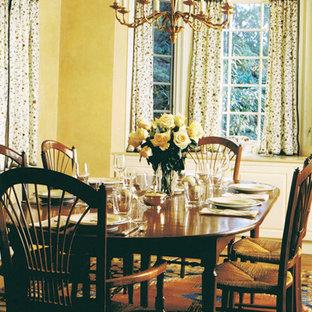 Ejemplo de comedor clásico renovado, de tamaño medio, cerrado, con paredes beige y suelo de madera en tonos medios