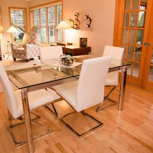 Ejemplo de comedor de cocina contemporáneo, pequeño, con paredes blancas, suelo de madera clara y suelo marrón