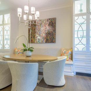 Ejemplo de comedor de cocina clásico renovado, grande, con suelo de madera en tonos medios, suelo marrón y paredes blancas