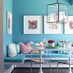 Ispirazione per una sala da pranzo aperta verso la cucina classica di medie dimensioni con pareti blu, parquet scuro e nessun camino
