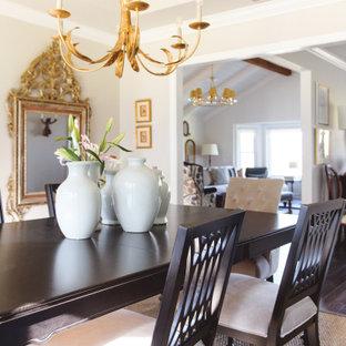 Идея дизайна: отдельная столовая среднего размера в стиле неоклассика (современная классика) с белыми стенами, полом из винила, коричневым полом, потолком с обоями и обоями на стенах