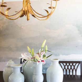 Idée de décoration pour une salle à manger tradition fermée et de taille moyenne avec un mur blanc, un sol en vinyl, un sol marron, un plafond en papier peint et du papier peint.