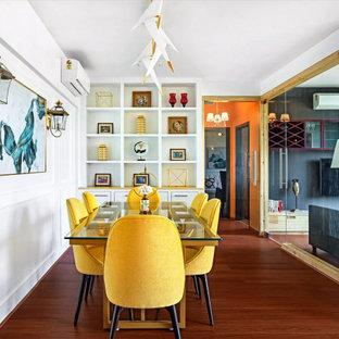 Diseño de comedor panelado, clásico renovado, abierto y panelado, sin chimenea, con paredes blancas, suelo de madera en tonos medios, suelo marrón y panelado