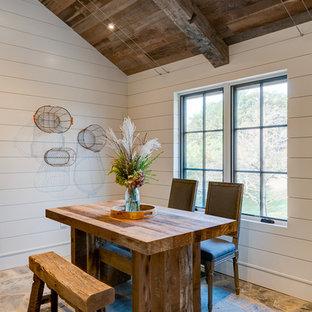 Inspiration för en liten rustik matplats med öppen planlösning, med vita väggar och skiffergolv