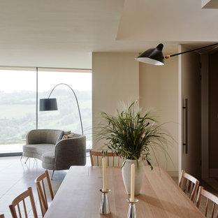 Idee per una sala da pranzo aperta verso il soggiorno chic con pavimento in marmo e pavimento beige