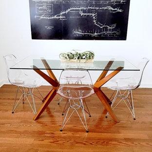 Aménagement d'une petite salle à manger ouverte sur le salon moderne avec un mur blanc, un sol en bois brun, aucune cheminée et un sol marron.