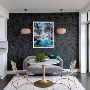 ダラスのコンテンポラリースタイルのおしゃれなLDK (黒い壁、濃色無垢フローリング、壁紙) の写真