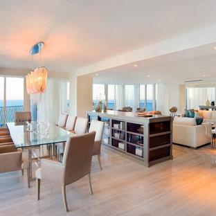 Ispirazione per una sala da pranzo aperta verso il soggiorno contemporanea con parquet chiaro