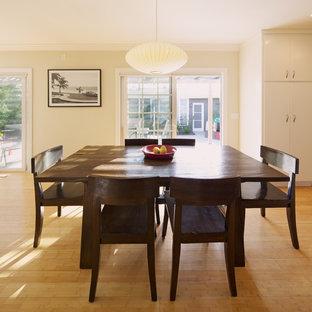 Foto di una sala da pranzo aperta verso il soggiorno contemporanea con pavimento in bambù