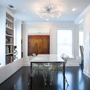 Geschlossenes, Kleines Modernes Esszimmer mit weißer Wandfarbe, dunklem Holzboden und braunem Boden in Sonstige