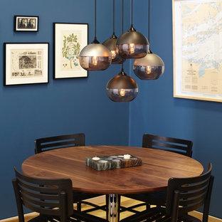 Cette image montre une salle à manger design avec un mur bleu.
