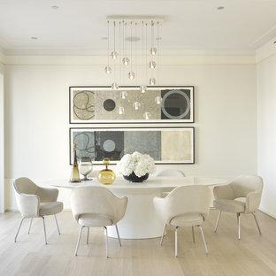Выдающиеся фото от архитекторов и дизайнеров интерьера: отдельная столовая среднего размера в современном стиле с белыми стенами, светлым паркетным полом и бежевым полом