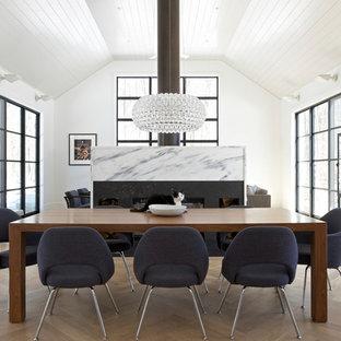 Offenes, Großes Modernes Esszimmer mit Kaminsims aus Stein, weißer Wandfarbe und hellem Holzboden in Bridgeport