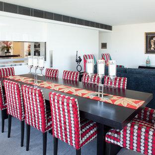 Idée de décoration pour une salle à manger ouverte sur le salon design avec un mur blanc et moquette.