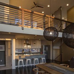 Esempio di una sala da pranzo aperta verso la cucina design con pareti marroni