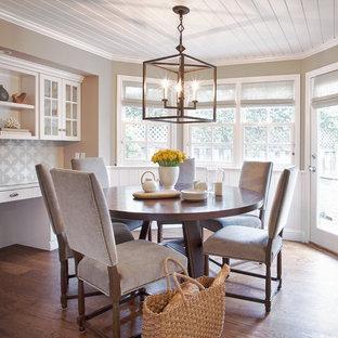 Cette image montre une grande salle à manger traditionnelle fermée avec un mur gris, un sol en bois foncé, aucune cheminée et un sol marron.