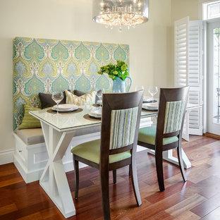 Foto di una piccola sala da pranzo aperta verso il soggiorno design con pareti beige, parquet scuro, nessun camino e pavimento marrone