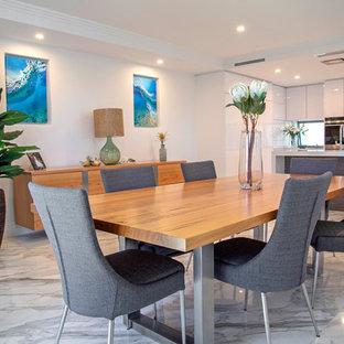 Imagen de comedor de cocina actual con suelo de mármol, paredes blancas y suelo gris