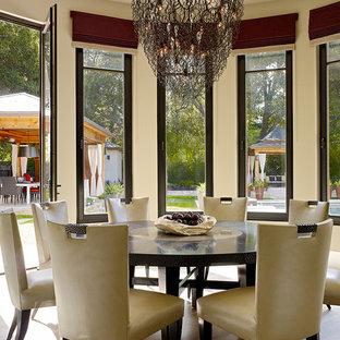 Idée de décoration pour une salle à manger design avec un mur beige et un sol en bois foncé.