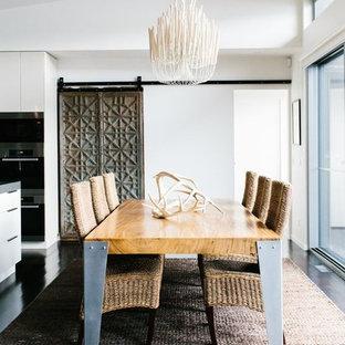 Foto di una sala da pranzo aperta verso la cucina design di medie dimensioni con pareti bianche, parquet scuro, nessun camino e pavimento marrone
