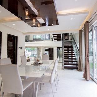 Modelo de comedor de cocina actual, grande, con paredes blancas y suelo de mármol