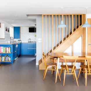 Foto di una sala da pranzo aperta verso la cucina contemporanea di medie dimensioni con pareti bianche, pavimento in linoleum, nessun camino e pavimento grigio
