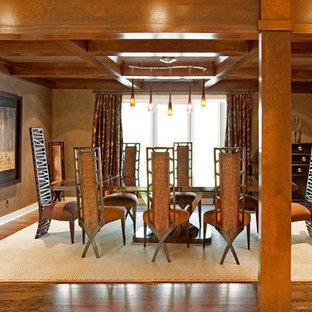 Idee per una sala da pranzo contemporanea con pareti marroni e parquet scuro
