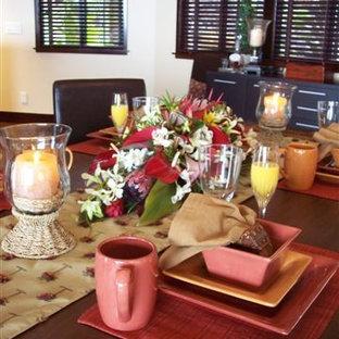 ハワイの広いコンテンポラリースタイルのおしゃれなダイニングキッチン (ベージュの壁、コルクフローリング、茶色い床) の写真